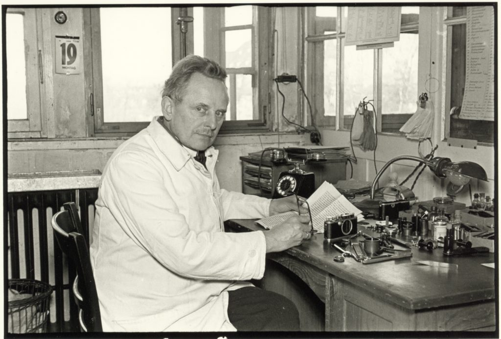 © Leica Camera AG - Julius Huisgen, Oskar Barnack an seinem Arbeitsplatz am Hausertorwerk, 1934